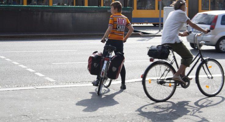 deux hommes à vélo en pleine ville