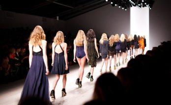 Mannequins défilant sur un catwalk