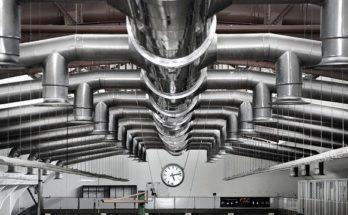 Tuyaux de ventilation dans une usine