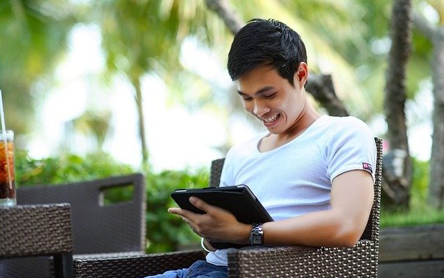 Homme business sur ipad