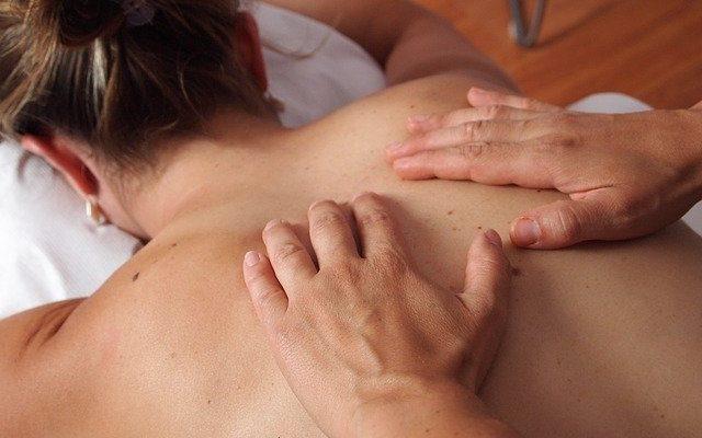 Massage du dos sur femme