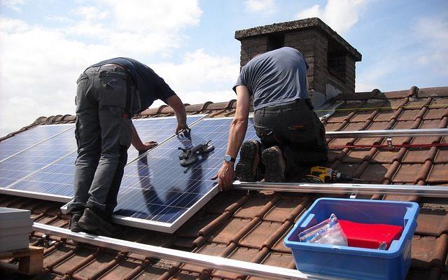 Pose de panneaux solaires sur un toit