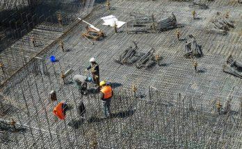 Ouvriers sur un immeuble e construction